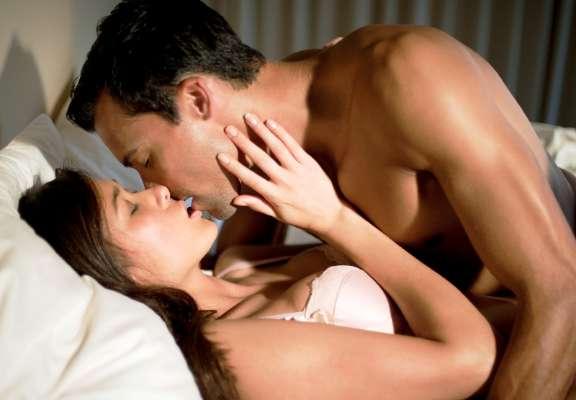 Image result for Kiss करते वक़्त लड़के रहें सावधान, शरीर के इस पार्ट को लड़कियां क'म कर'ती हैं साफ…