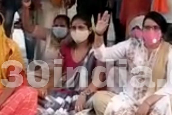चंदपा में धरना देते हिंदूवादी